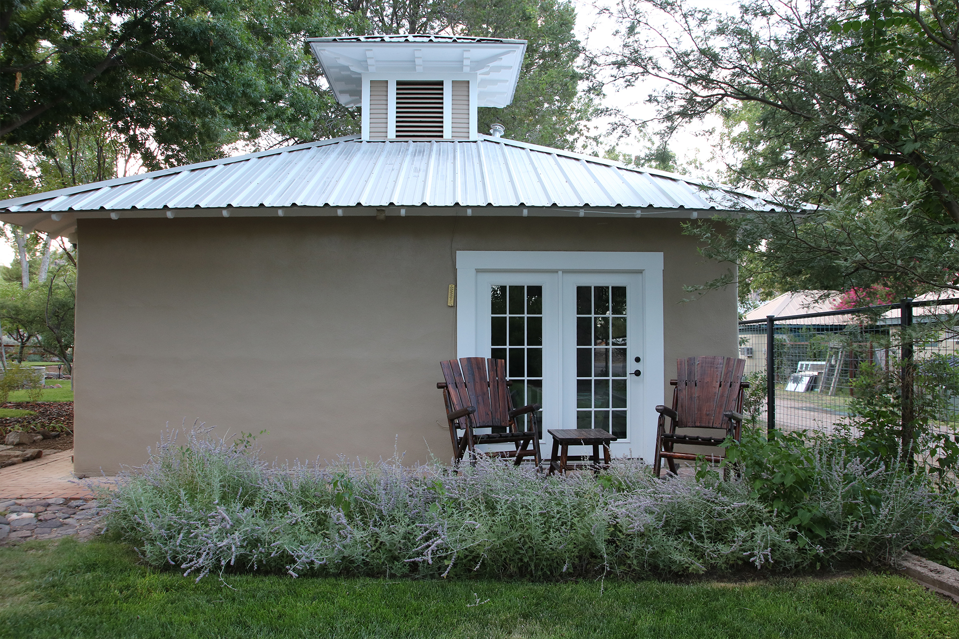 Carriage-House-Exterior-at-Cow-Camp-Lodging-in-Fort-Davis.Header